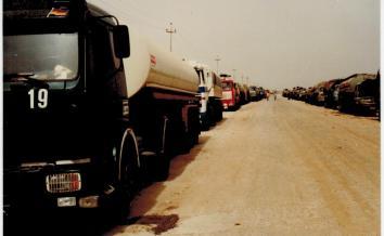 Warteschlange vor der Rafinerie in Bejee